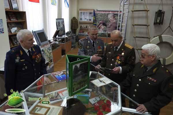 Почётные гости перед началом выступления побывали на экскурсии в местном школьном музее