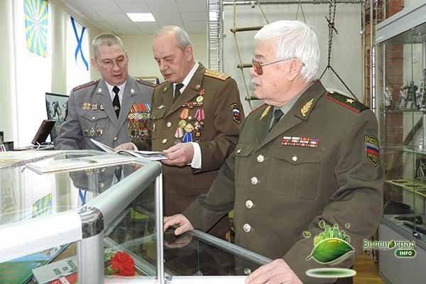 Виктор Николаевич показал достопримечательности и экспонаты выставки