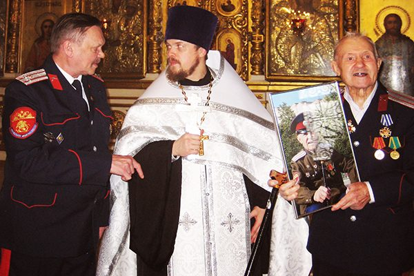 kazaki-v-tserkvi-s-duhovnikom-o-vasiliem