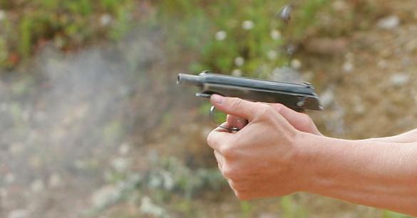 в результате стрельбы погиб человек