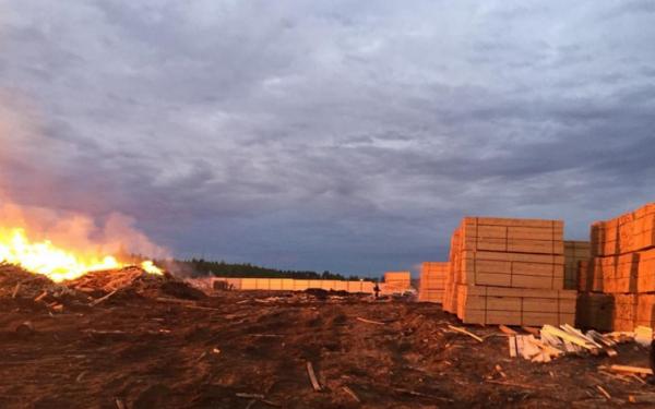 В Красноярском крае пожарный поезд помогает тушить горящий склад леса