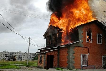 Двухэтажное кафе сгорело в деревне Чашниково