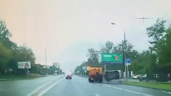 В Москве на Севастопольском проспекте  атомобиль ГИБДД попал под поливальную машину