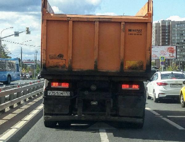 ГИБДД - алё! А как у Вас передвигаются грузовики по городу? У нас в Зеленограде вот так! (ВИДЕО)