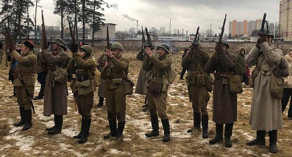 В честь памяти павших героев той страшной войны был дан троекратный салют более чем из 80 винтовок времён Великой Отечественной войны
