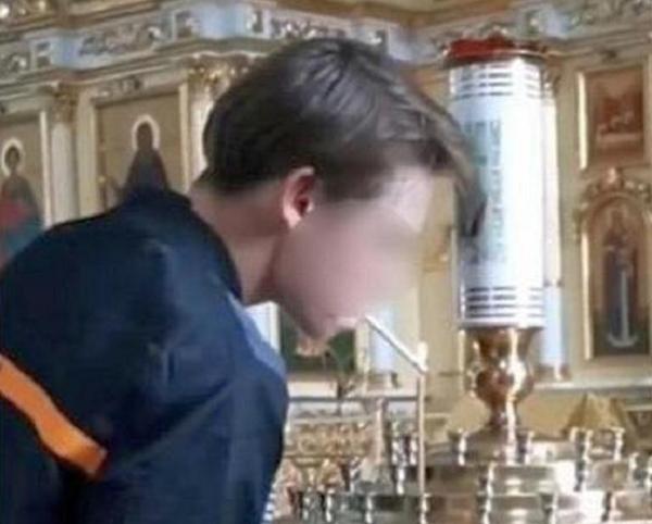 Завели дело на прикурившего от церковной свечи подростка