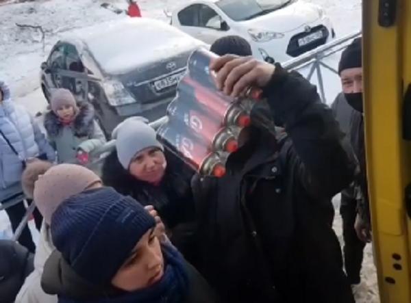 Китайская гуманитарная помощь во Владивостоке - выдают питьевую воду и газовые баллоны