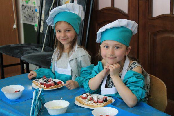 Маленькие поварята научились готовить венские вафли