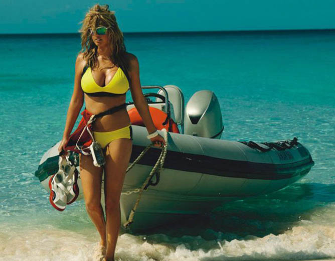 девушки купальник лодка