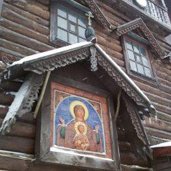 икона Богородицы Знамение на фасаде Дома мастерской русского иконописца в Брехово