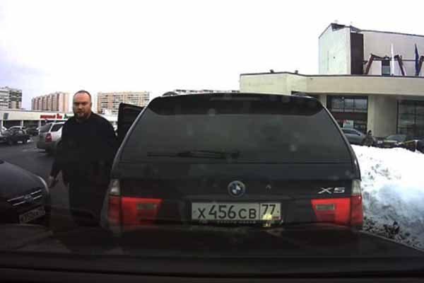 avtomobilist-raspy-lil-gaz-v-litso-zhenshhiny-iz-za-konflikta-na-parkovke-v-zelenograde