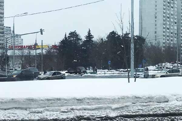 na-perekryostke-u-iridiuma-avariya-legkovushki-i-dzhipa