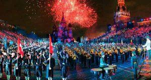 v-moskve-perekroyut-ulitsy-iz-za-mezhdunarodnogo-voenno-muzy-kal-nogo-festivalya-spasskaya-bashnya-na-krasnoj-ploshhadi-dayut-kontserty-duhovy-e-orkestry-iz-razny-h-stran