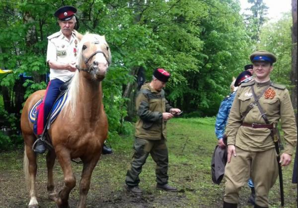 оседлал коня и на удивление всем гордо восседая на скакуне показал мастерство верховой езды